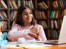 Kind cummuniceert met gebarentaal voor laptop