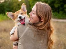 Baasje met hond in de armen