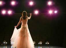 Vrouw op podium