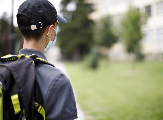 Student hoger onderwijs met mondmasker